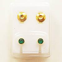 Серьги - иглы для прокола ушей с зелеными кристаллами. Медицинская сталь, золотое анодирование.