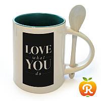 Печать на темно-зеленой чашке с ложкой