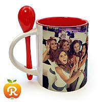 Печать на красной чашке с ложкой
