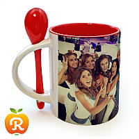 Друк на червоній чашці з ложкою