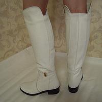 Ботфорты из натуральной кожи белого цвета, на устойчивом каблуке