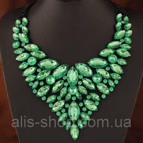 Сногсшибательное колье - нагрудник с зелеными кристаллами