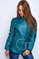 Яркая осенняя женская куртка полуприталенного силуэта