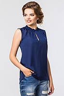 Темно-синяя блузка с оборками
