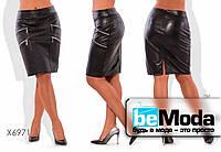 Эффектная юбка больших размеров из экокожи с прострочкой и декоративными молниями черная