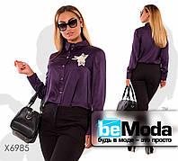 Деловая женская блуза больших размеров в рубашечном стиле с декоративным цветком фиолетовая