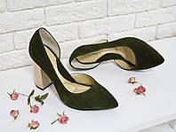 Туфли болотного цвета из натуральной замши  на устойчивом каблуке с острым носком