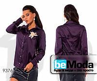 Деловая женская блуза в рубашечном стиле с декоративным цветком фиолетовая