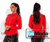 Элегантная женская блуза с длинными рукавами и гипюром на плечах красная