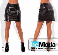 Стильная женская юбка из экокожи с декоративными молниями черная