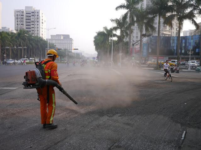Дорожный рабочий с ранцевой воздуходувкой