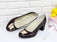 Туфли из натуральной кожи кориченвого цвета на удобном небольшом каблуке с фурнитурой на носке