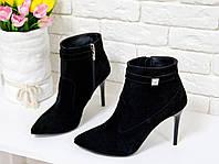 Ботинки на на шпильке из натуральной замши черного цвета с камнем