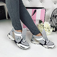 Трендовые кожаные кроссовки серого цвета в стиле известного бренда