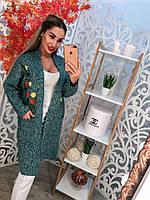 Женский вязаный кардиган машинная вязка с карманами, украшен вышивкой. Цвет зеленый меланж