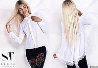 Однотонная модная блузка декорирована кружевом.