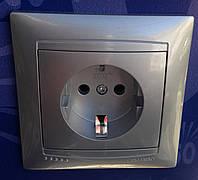 Розетка одноместная с заземлением Сакура Серебро LMR1321