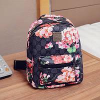 Черный рюкзак с принтом цветов