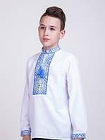 Вышитая рубашка для мальчика с голубым узором.