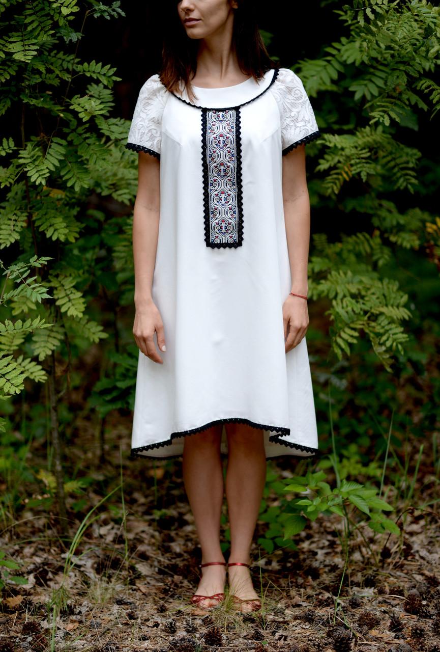 Вишите літнє плаття білого кольору з машинною вишивкою