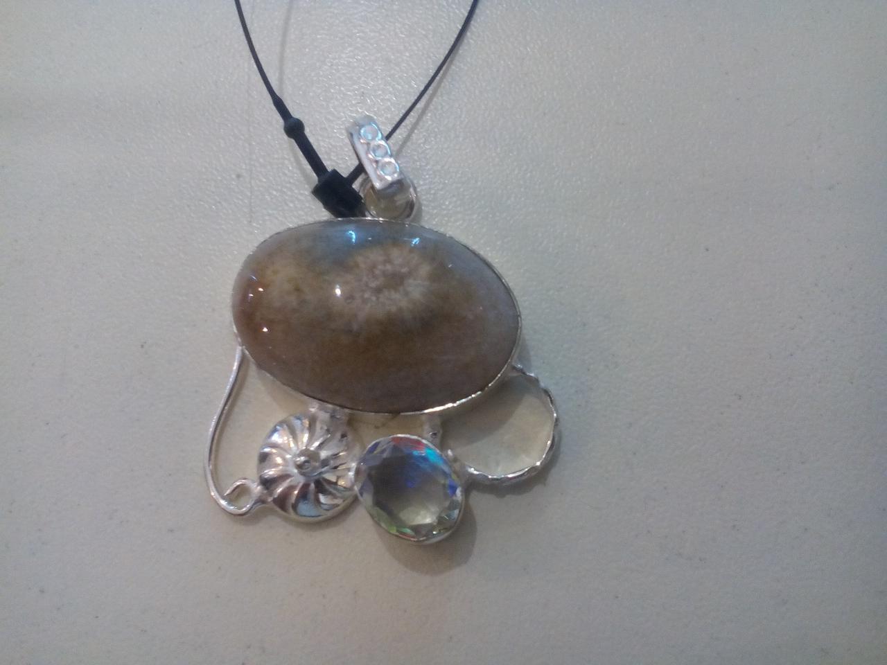Жеода агата и топаз кулон с жеодой агата в серебре.