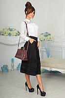 Стильная женская юбка с карманами по бокам, украшена кружевом.