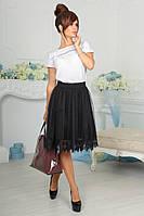 Молодежная женская юбка декорирована кружевом.
