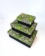 Прямоугольная подарочная коробка ручной работы чёрного цвета с зелёным папоротником и белыми ромбами