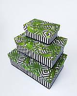 Прямоугольная подарочная коробка ручной работы чёрно-белого цвета с зелёным папоротником и белыми ромбами