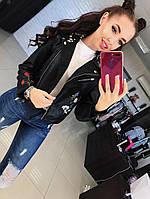 Стильная женская куртка косуха на диагональной молнии с вышивкой фабричный китай. Цвет черный