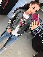 Стильная женская куртка косуха на диагональной молнии рукава украшены вышивкой фабричный китай. Цвет серый