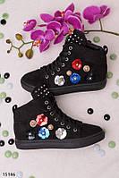 Женские черные сникерсы на шнуровке с шипами на язычке и пайетками с цветами эко-замш