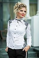 Молодежная белая блуза. украшена кружевом и бантиком черного цвета.