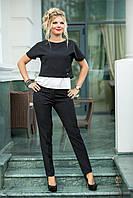 Классический комплект: брюки со стрелками и блуза черно-белая.