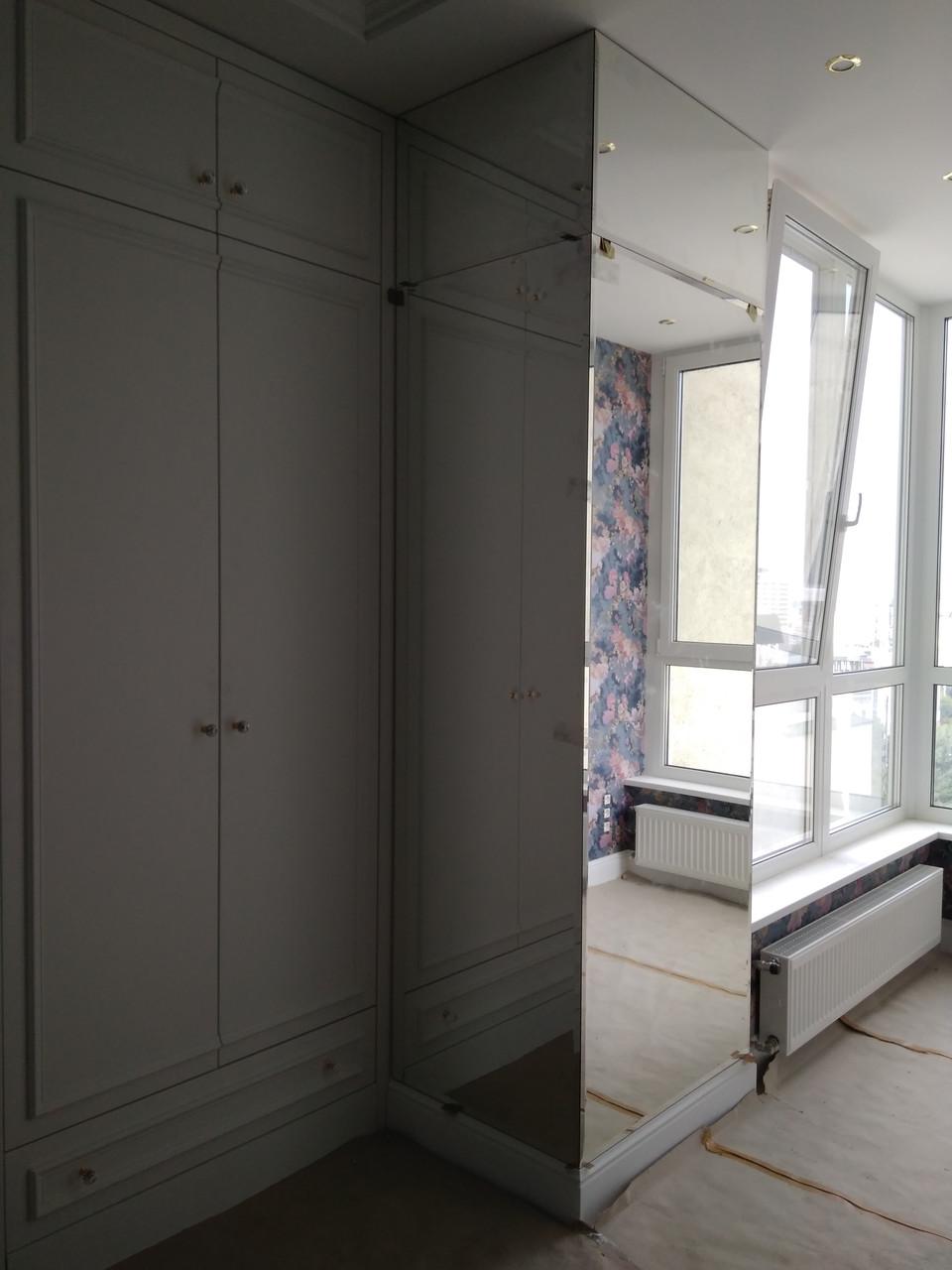 Оформление выступающей стены-колоны зеркалами с фацетом.