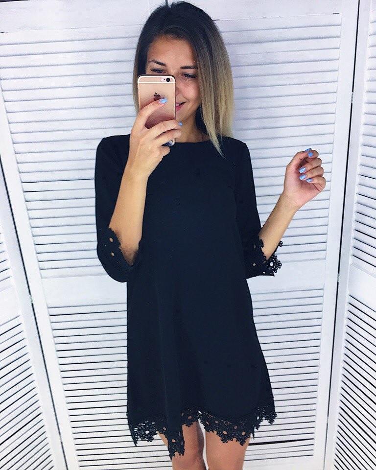Черное платье с голубой отделкой