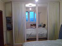 Шкафы-купе с открытыми полками и покраской на фасадах, пескоструй, зеркало