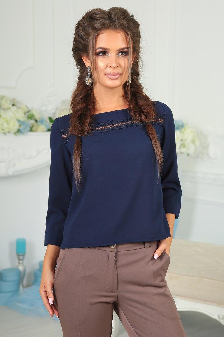 Красивая женская блузка с кружевной отделкой