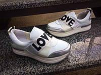 Кожаные женские кроссовки на платформе Love белые
