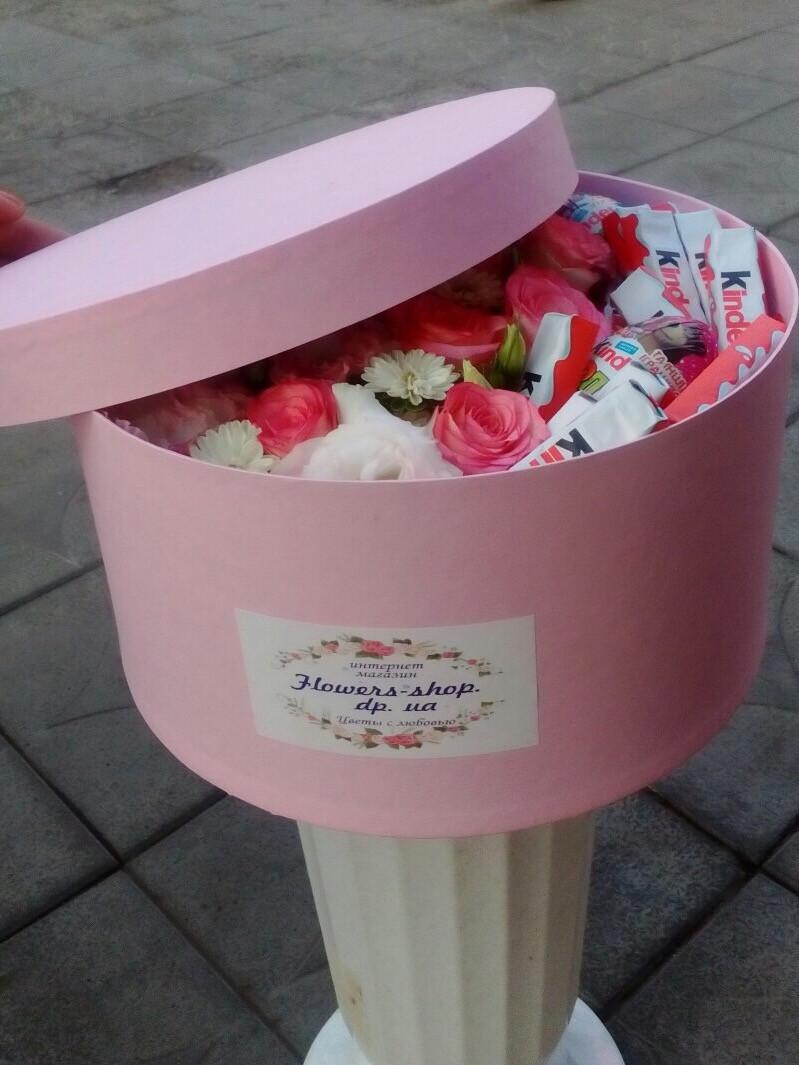 Коробка з квітами і кіндерами