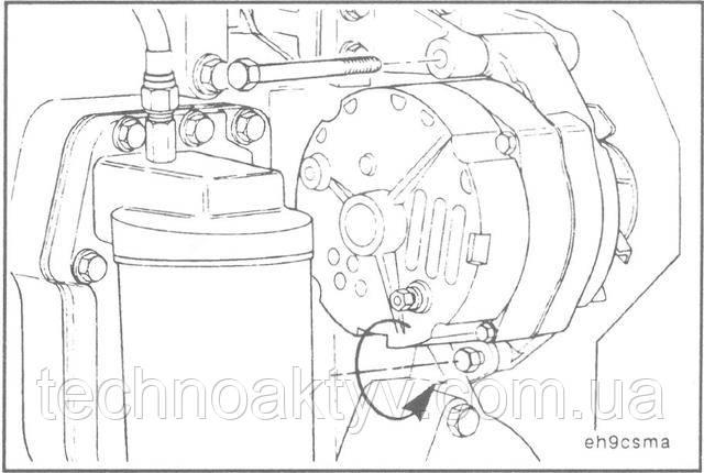 Ключи 14 мм, 16 мм Ослабьте нижний болт крепления натяжной планки к генератору.  Снимите верхний крепежный болт генератора.