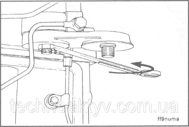 Ключ 24 мм  Отверните стопорную гайку, снимите переходник головки фильтра и уплотнительные шайбы.  Сборку выполняйте в обратном порядке.  Крутящий момент затяжки: 32 Н • м [24ft-lb]