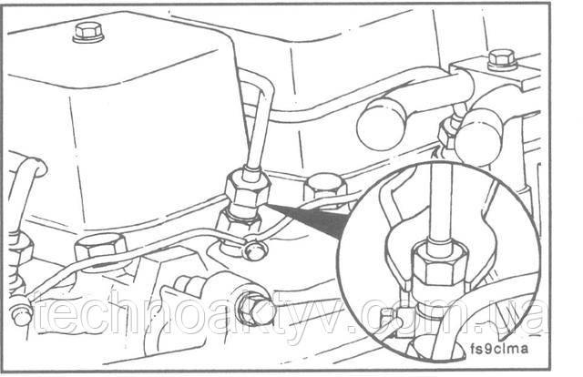 Ключ 17 мм  ПРИМЕЧАНИЕ:Если требуется заменить отдельные топливопроводы, то нужно снять прижим соответствующей группы топливопроводов, в которой находится топливопровод, подлежащий замене.  Отсоедините топливопровод (ы) от форсунок.