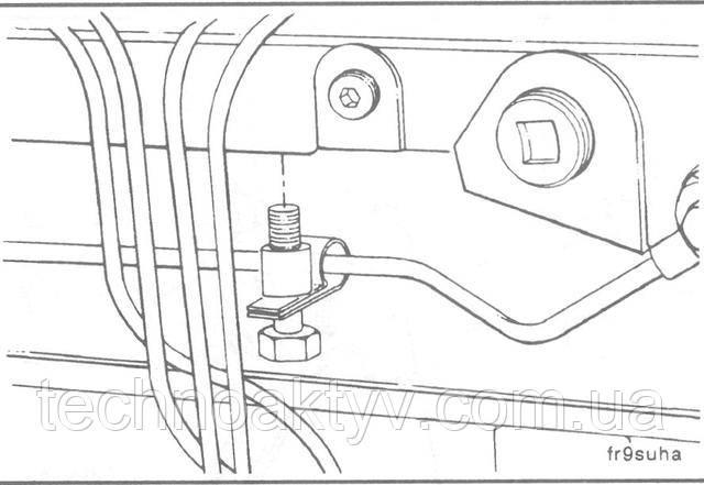 Ключи17 мм  Двигателям с номинальной частотой вращения коленчатого вала от 2500 об/мин и выше требуется дополнительный топливопровод. Установите его как показано на рисунке.  Крутящий момент затяжки:24 Н • м [18 ft-lb]
