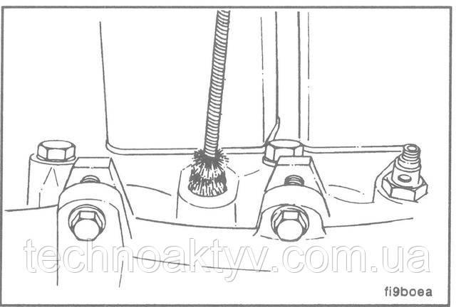 Для снятия форсунки используйте два ключа: 16 мм ключом держите корпус форсунки и одновременно 24 мм ключом отвинтите прижимную гайку.