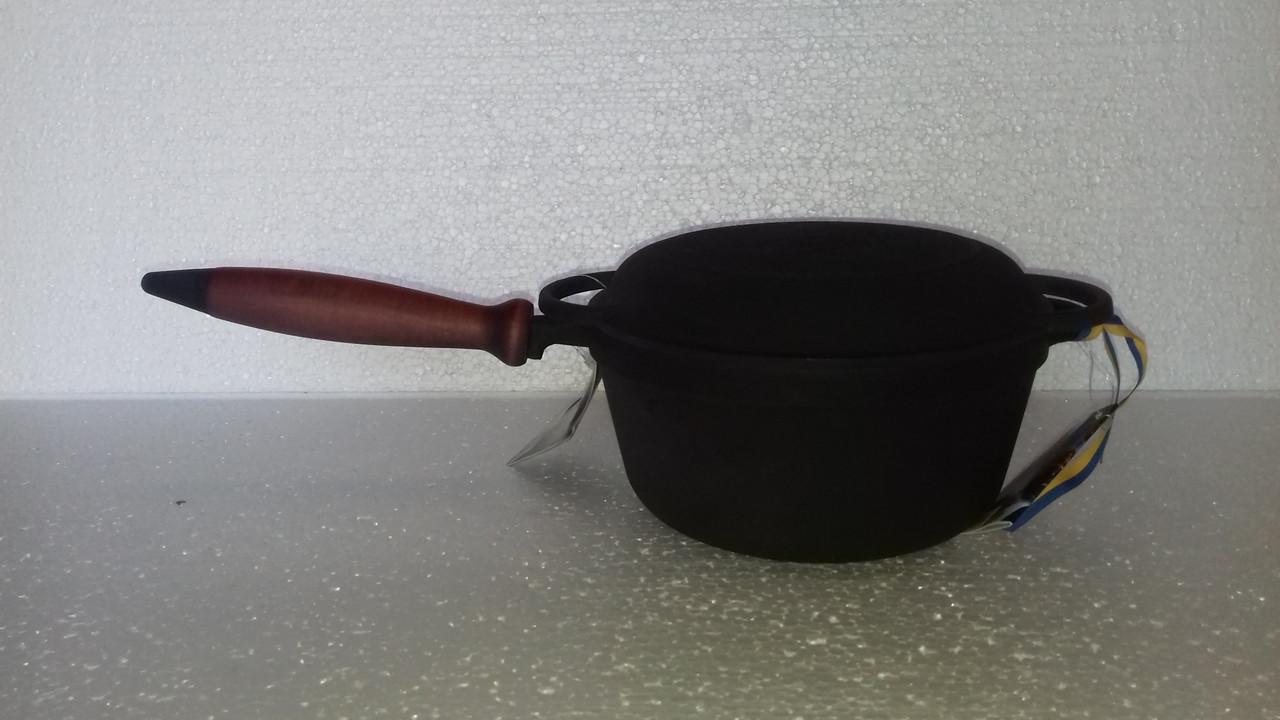 Кастрюля  чугунная эмалированная, с деревянной ручкой и крышкой-сковородой. Матово-чёрная. Объем 2,0 литра.