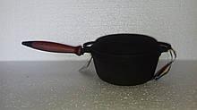 Чавунна емальована каструля, з дерев'яною ручкою і кришкою-сковородою. Матово-чорна. Об'єм 2,0 літра.