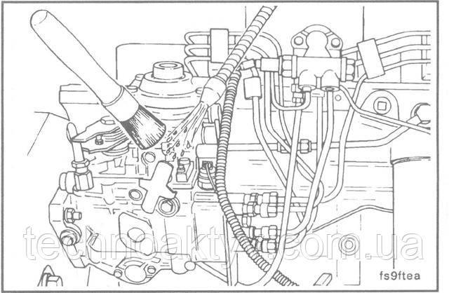 ПРИМЕЧАНИЕ:Дизельный двигатель очень чувствителен к попаданию грязи или воды в систему питания топливом. Мельчайшая частица грязи или несколько капель воды в системе могут остановить двигатель.  Очистите от грязи все наружные поверхности топливного насоса высокого давления, включая все соединения топливопроводов и крепежные детали, которые необходимо отсоединить. Во избежание попадания грязи в картер двигателя очистите все поверхности, не-посредсвенно прилегающие к кожуху распределительных шестерен.