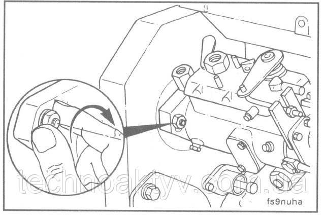 От руки затяните три гайки крепления насоса. Насос после этого должен свободно перемещаться в пазах.