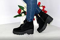 Женские ботинки на тракторной подошве с украшением